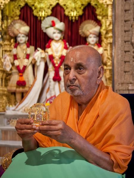 Swamishri sanctifies small hindolo