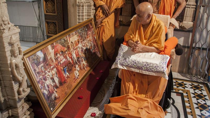 Swamishri sanctifies a painting