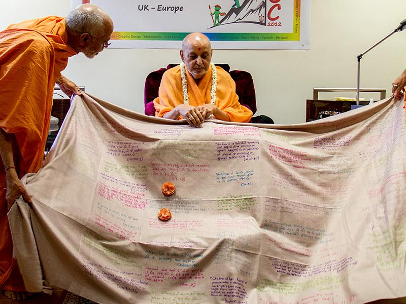 Sadhus honor Swamishri with shawls and garlands