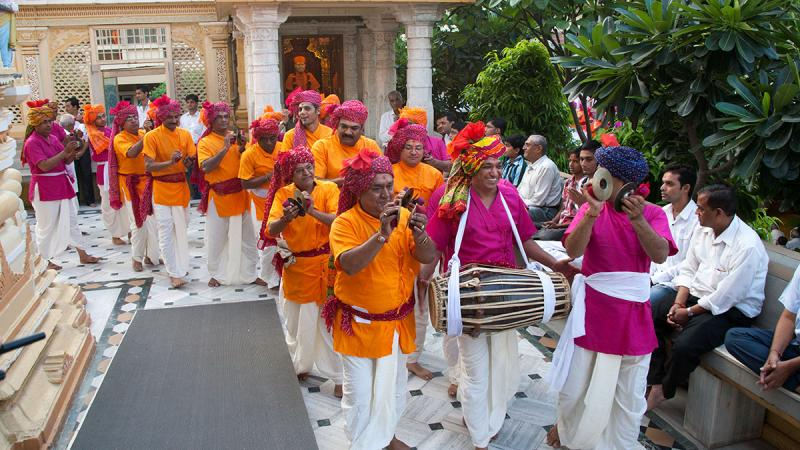 Youths sing kirtans in mandir pradakshina during palkhi yatra