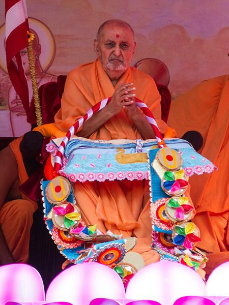 Senior sadhus honor Swamishri with garlands