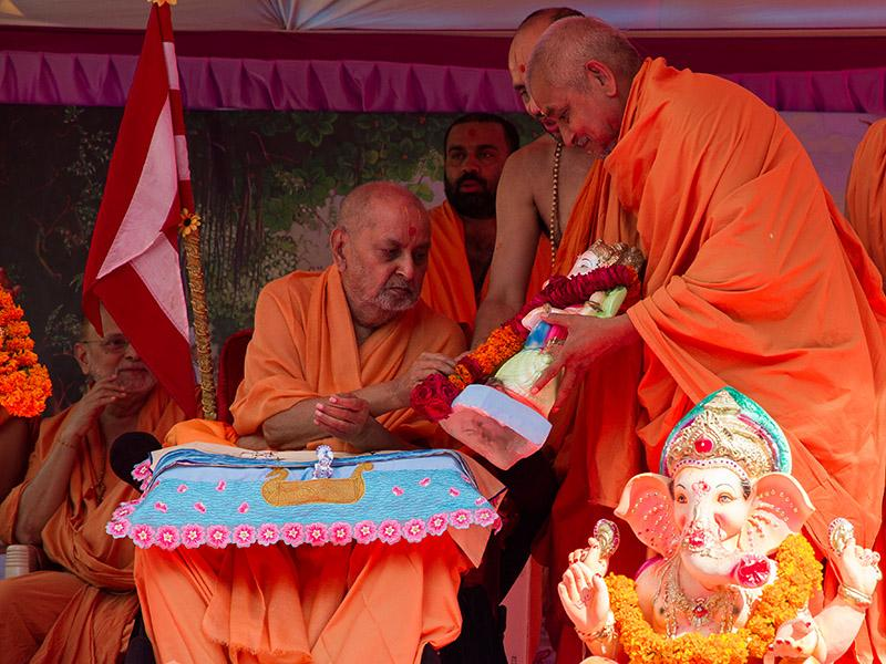 Swamishri performs pujan of Shri Ganeshji