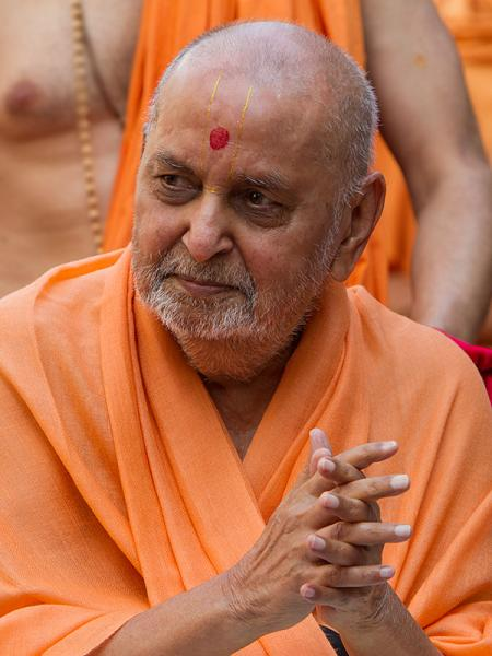 Swamishri responds during the ochhchhav