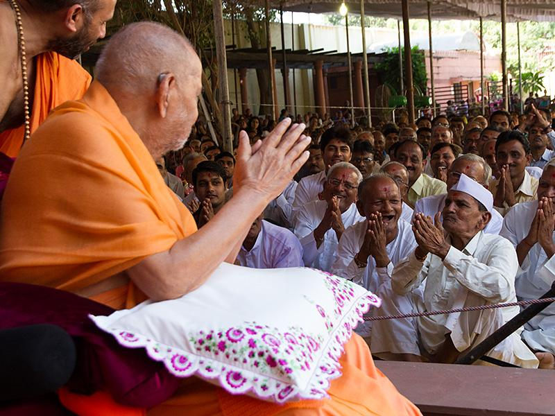 Swamishri blesses old devotees