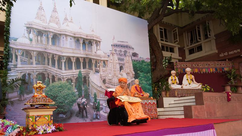 Swamishri on stage