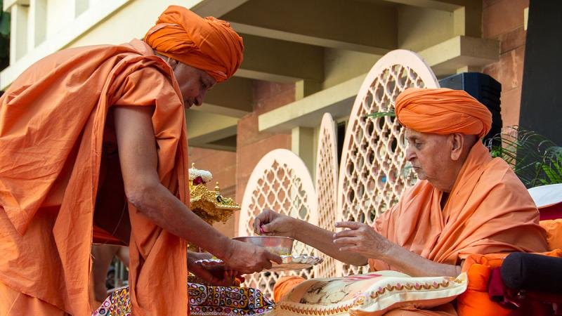 Swamishri sanctifies dudhpak