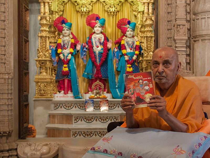 Swamishri inaugurates two new video publications titled 'Tirth Jyoti' about places and items sanctified by Bhagwan Swaminarayan
