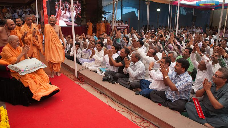 Swamishri blesses devotees from Vavli