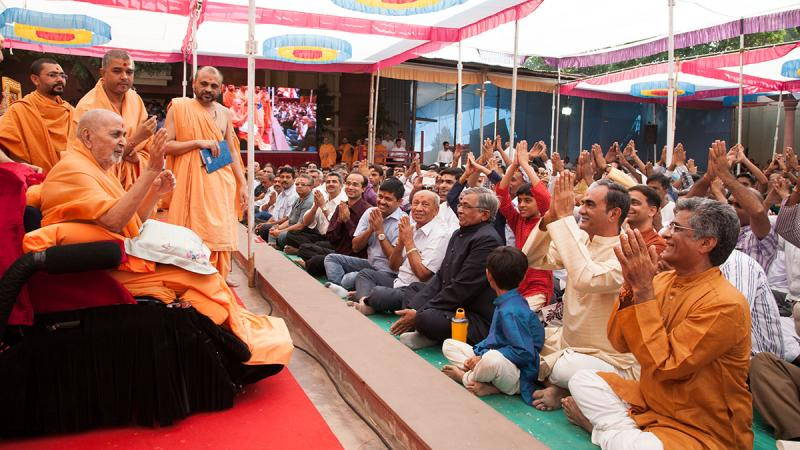Swamishri blesses devotees from Kanthariya