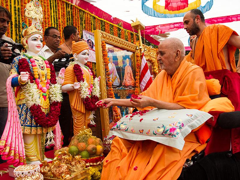 Swamishri performs pujan of the murtis of Kanthariya Mandir