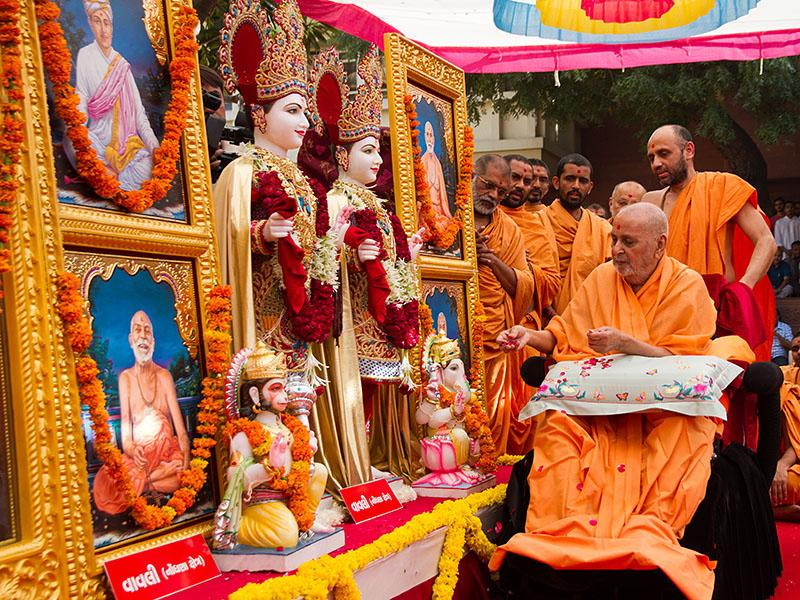 Swamishri performs pujan of the murtis of Vavli Mandir