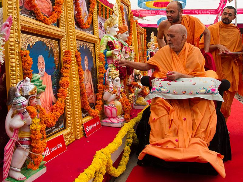Swamishri performs pujan of the murtis of Sigam Mandir