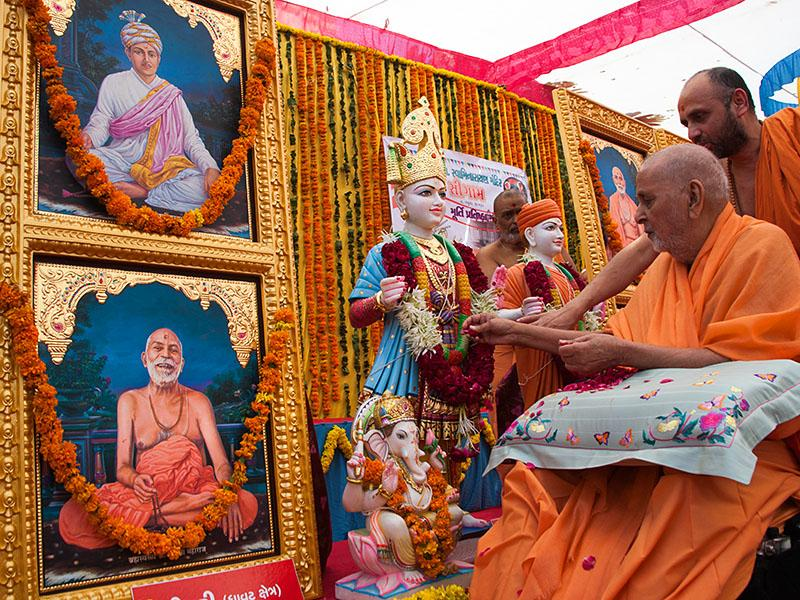 Swamishri performs pujan of the murtis of Simri Mandir
