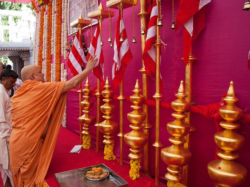 Pujya Ishwarcharan Swami performs pujan of flags