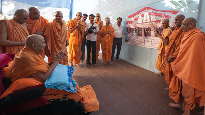 HH Pramukh Swami Maharaj arrives for pratishtha ceremony