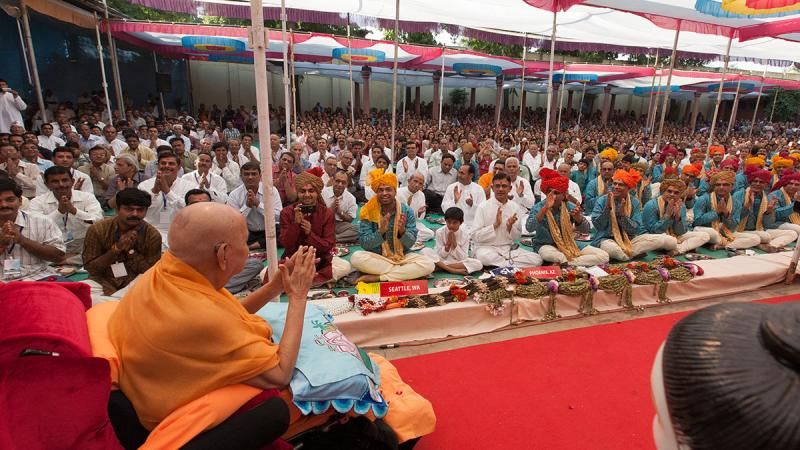 Swamishri blesses devotees from Seattle