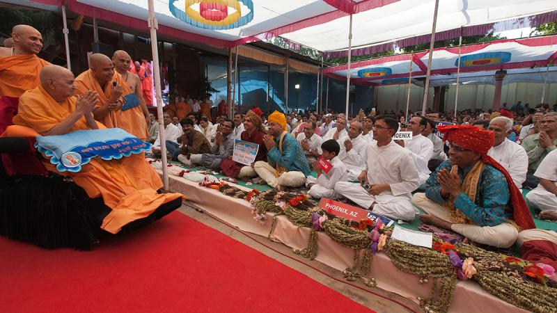 Swamishri blesses devotees from Phoenix