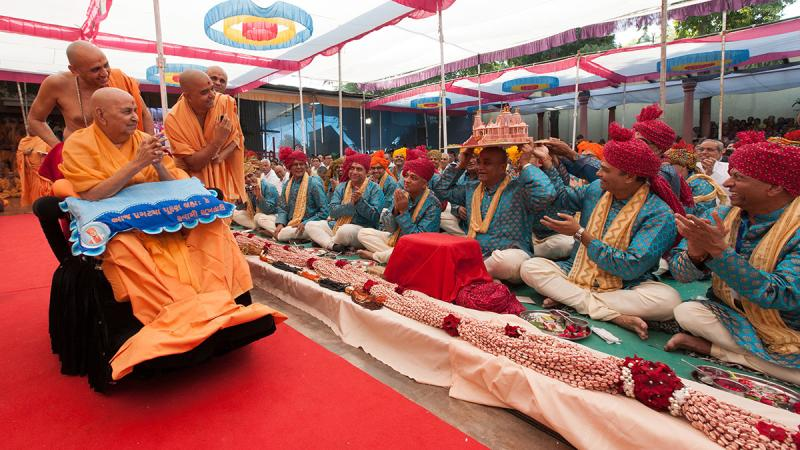 Swamishri blesses devotees from Chino Hills
