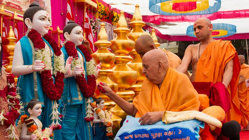Swamishri performs pujan of the murtis of Sacramento Mandir