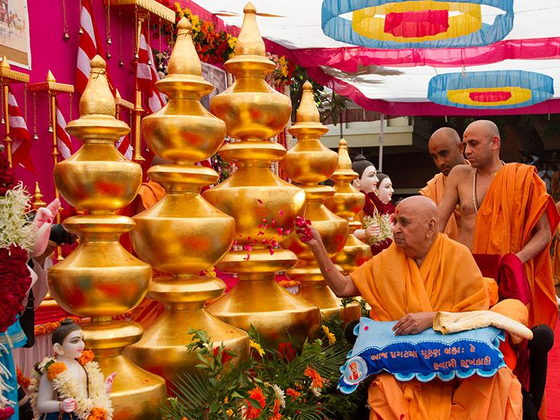 Swamishri performs pujan of kalashas of Chino Hills Mandir