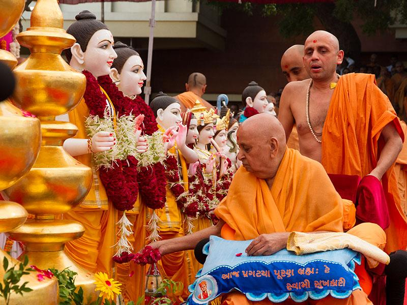 Swamishri performs pujan of the murtis of Phoenix Mandir