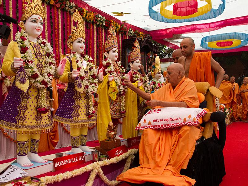 Swamishri performs pujan of the murtis