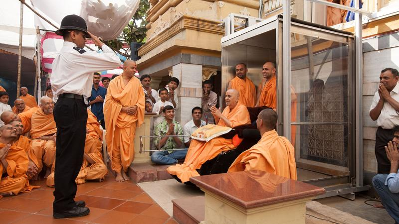 A youth devotee salutes Swamishri