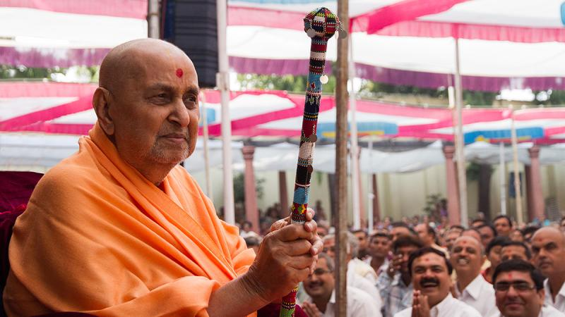 Devotees enjoy the darshan of Swamishri holding aloft the Masai peace stick
