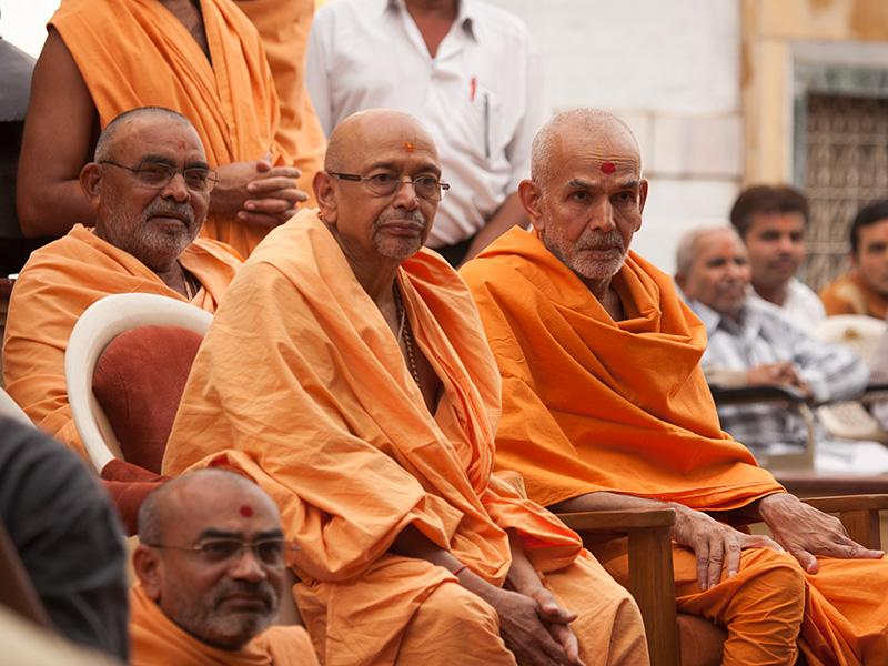 Pujya Mahant Swami and Pujya Tyagvallabh Swami engaged in darshan of Swamishri