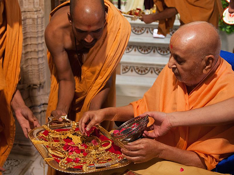 On the auspicious day of 'Dhanteras' Swamishri performs pujan of ornaments of Thakorji