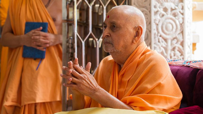 Swamishri bids 'Jai Swaminarayan' to sadhus beneath the mandir dome