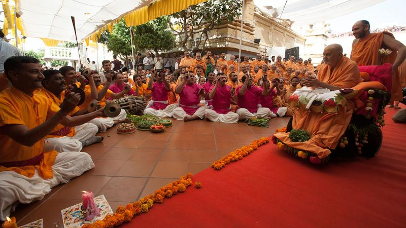 Youths sing kirtans in traditional 'Ochhchhav' style