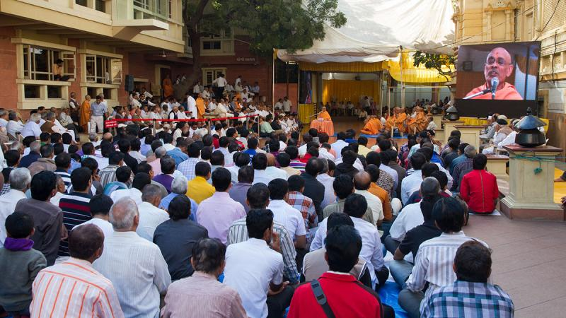 Satsang assembly before Swamishri arrives