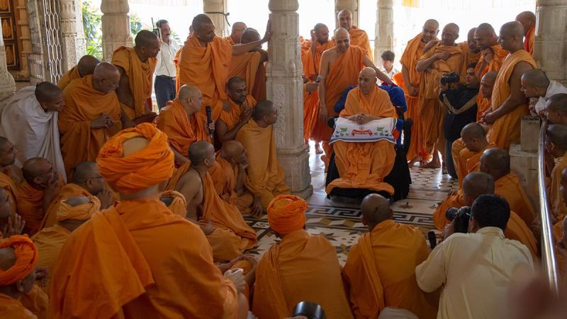 Sadhus with Swamishri under the mandir dome