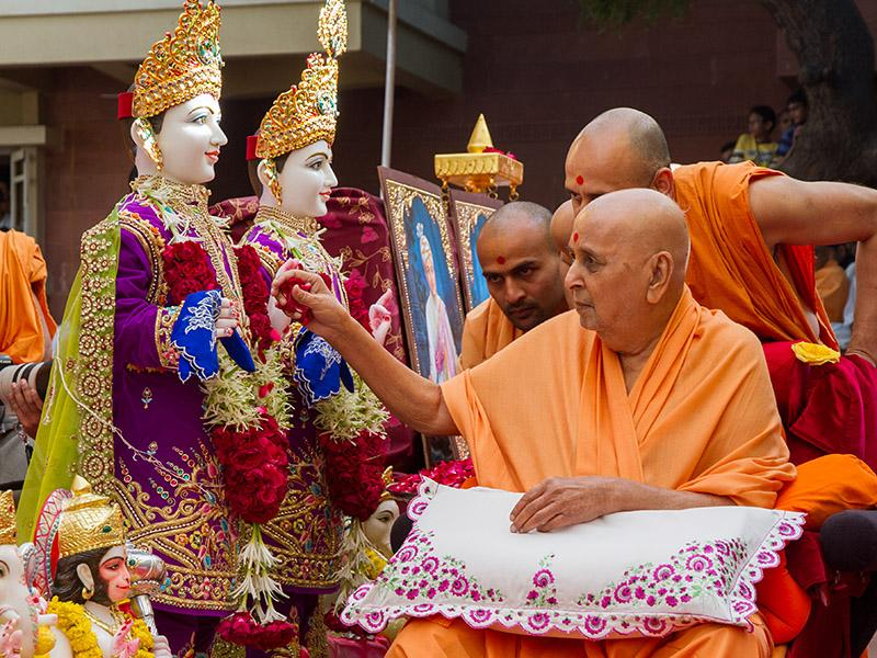 Swamishri performs pujan of murtis for Sevaliya Mandir