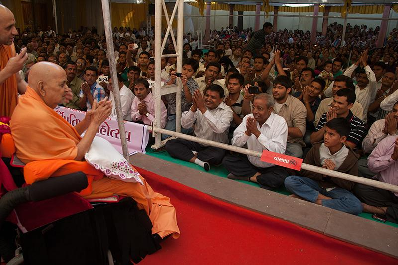 Swamishri blesses devotees from Vasna