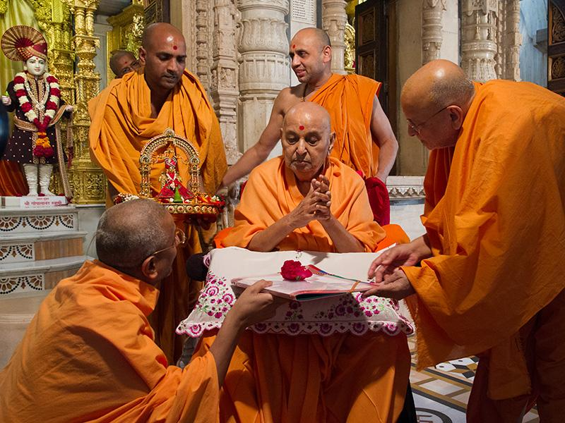 Swamishri sanctifies papers