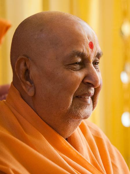 HH Pramukh Swami Maharaj arrives for Thakorji's darshan