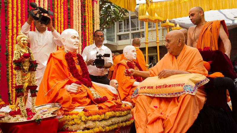 Swamishri performs pujan of murtis