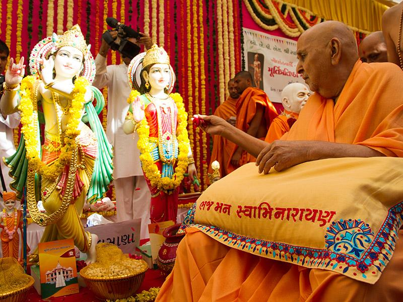 Swamishri performs pujan of Shri Radha-Krishna Dev murtis to be consecrated at Palsana Mandir
