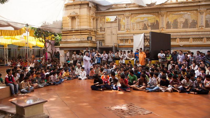 Devotees in the mandir grounds, waiting for Swamishri's darshan