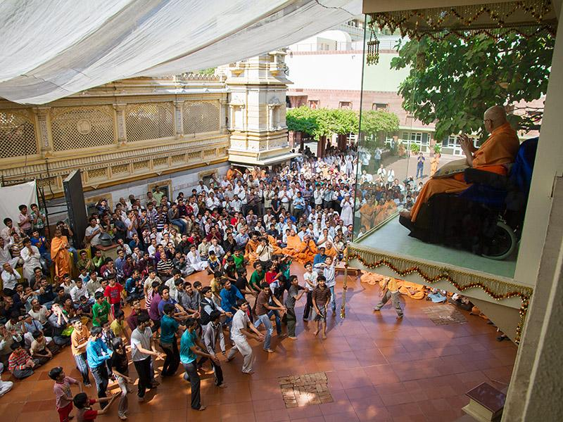 Youths and kids rejoice before Swamishri