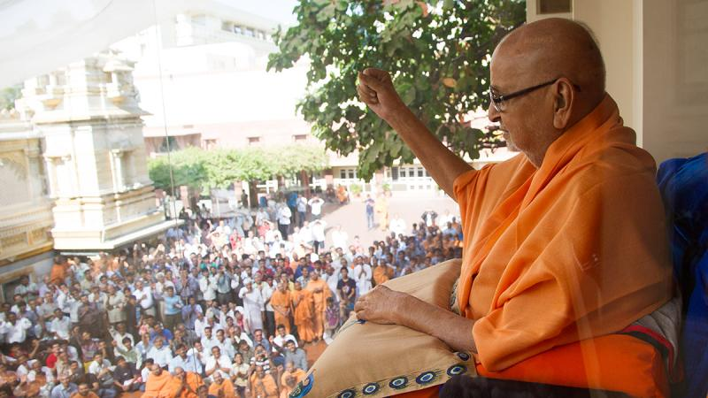 Swamishri joins devotees in hailing Bhagwan Swaminarayan and the Guru Parampara