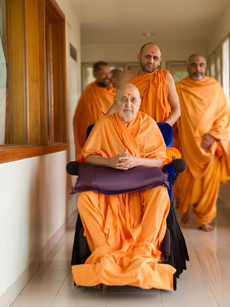 Swamishri arrives in the gallery