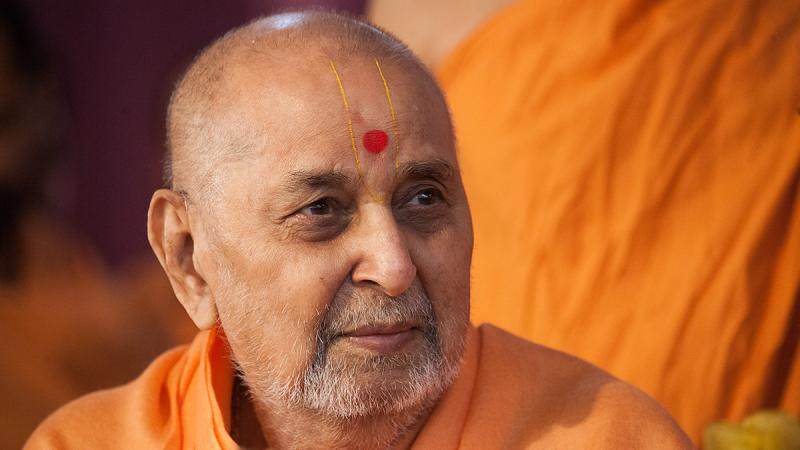 HH Pramukh Swami Maharaj arrives for darshan at 10:46 am
