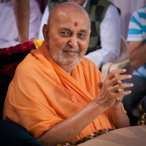HH Pramukh Swami Maharaj arrives for Thakorji's darshan at 10:38 am