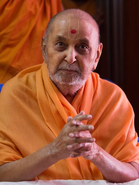 HH Pramukh Swami Maharaj arrives for Thakorji's darshan at 10:48 am