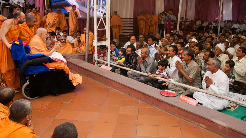 Devotees from Memka and Dedadra doing darshan of Swamishri