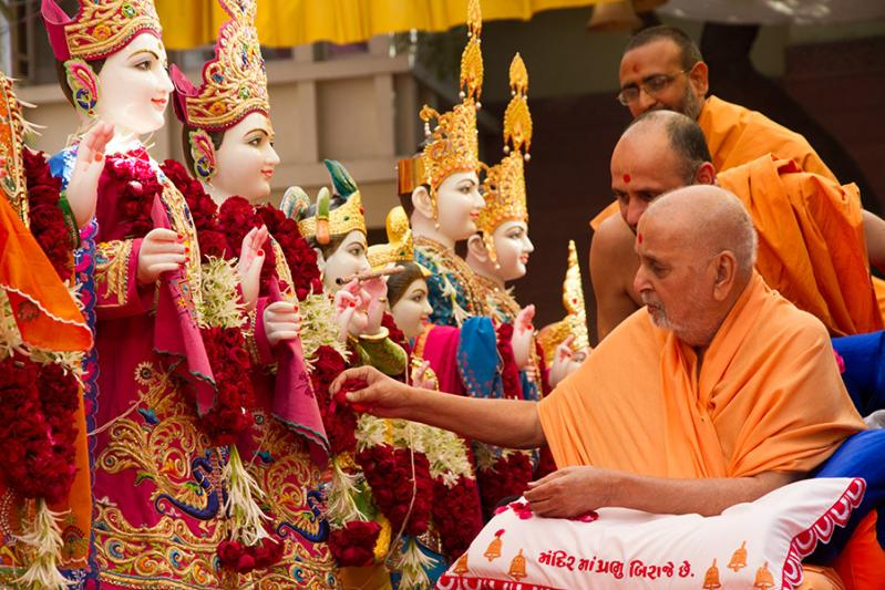 Swamishri performs pujan of murtis for Indore Mandir