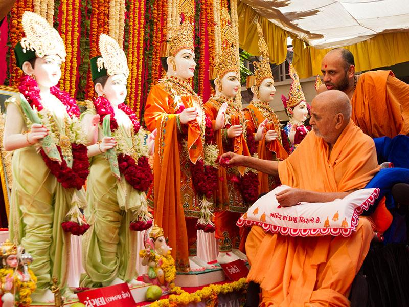 Swamishri performs pujan of murtis for Ugamedi Mandir